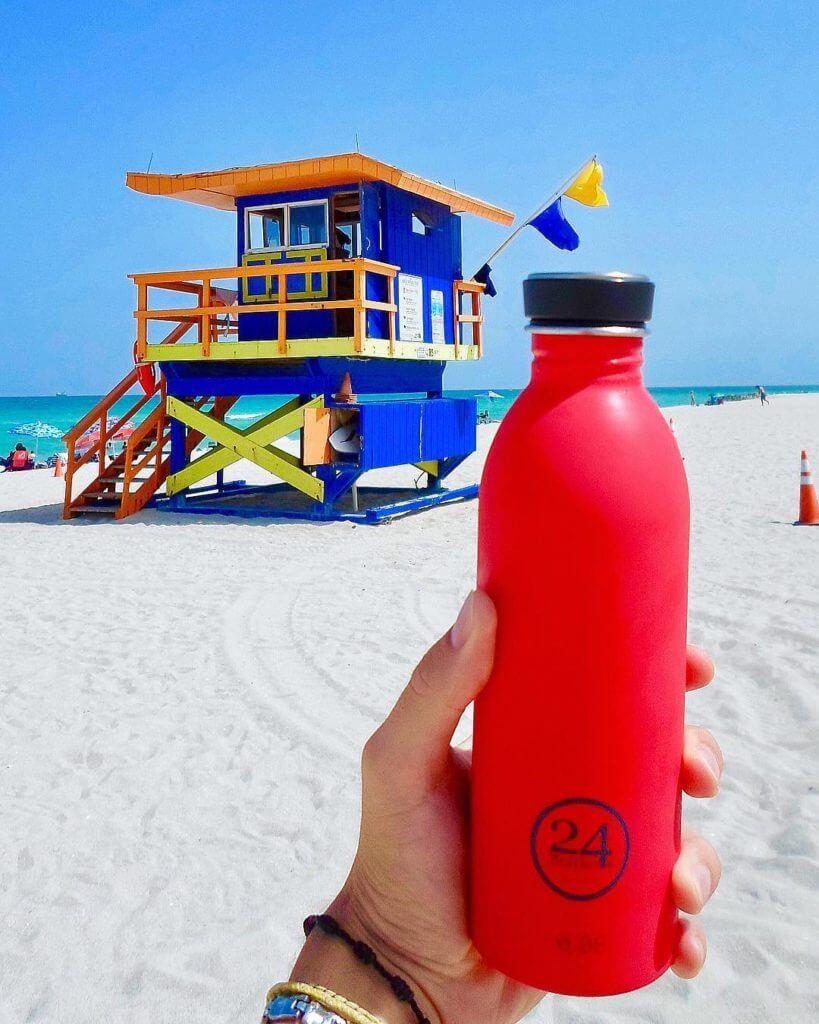 Urban bottle rossa sulla spiaggia di Miami