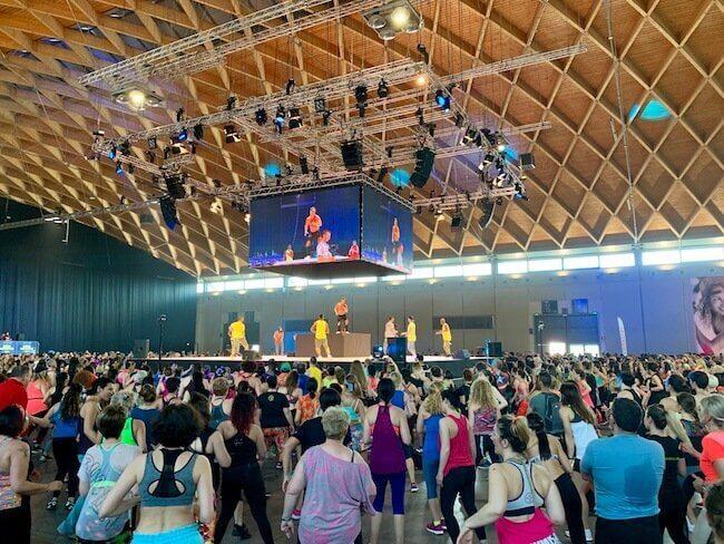 Il fondatore di Zumba Beto Perez sul palco circolare di Rimini Wellness