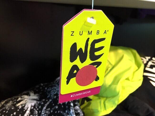 Un capo Zumba Wear con il cartellino ed il bollino rosa