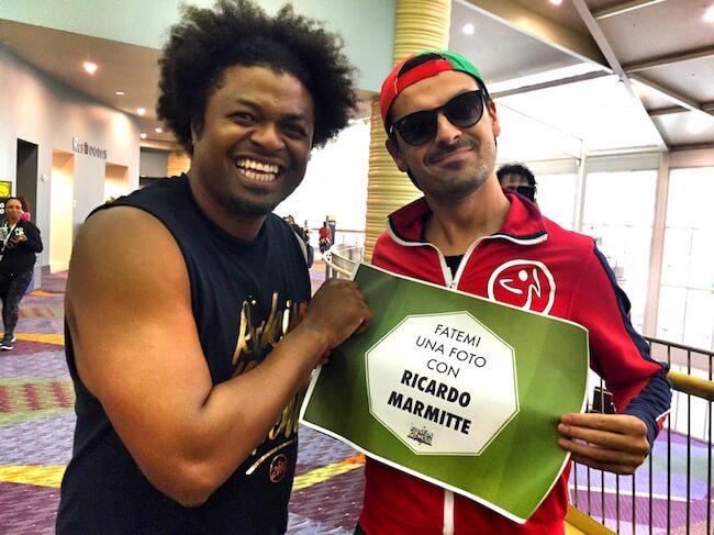Ricardo Marmitte alla ZIN Convention con il cartello Fuori di Fitness con scritto Fatemi una foto con Ricardo Marmitte