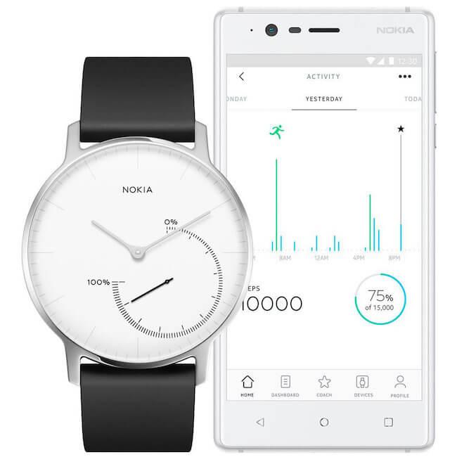 Un orologio Nokia Steel ed uno smartphone con Nokia Health Mate
