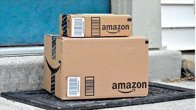 Due pacchi Amazon fuori da un portone
