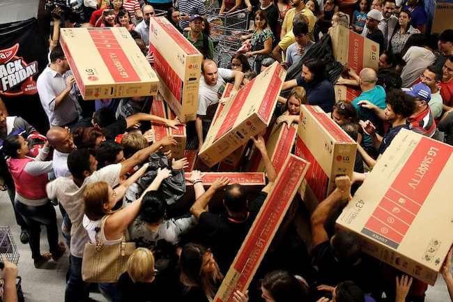 Calca di persone che stanno acquistando televisori durante il Black Friday