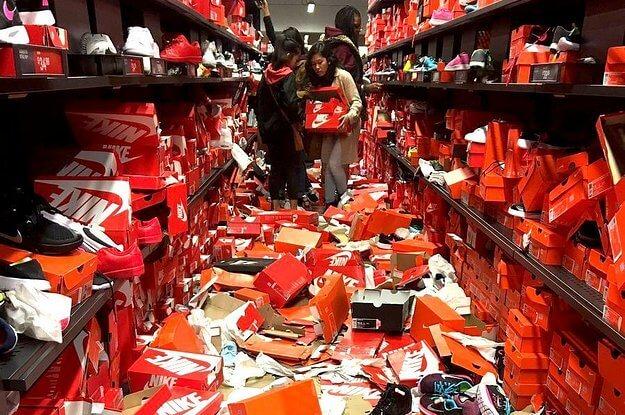 Un negozio di scarpe completamente saccheggiato durante il Black Friday