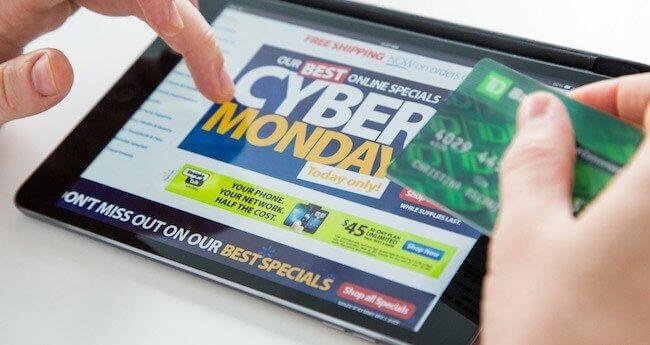 Una carta di credito ed un iPad con un sito web che mostra il Cyber Monday