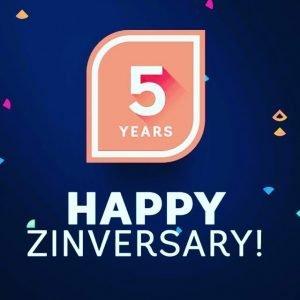 Il bollino di 5 anni con scritto Happy ZINversary