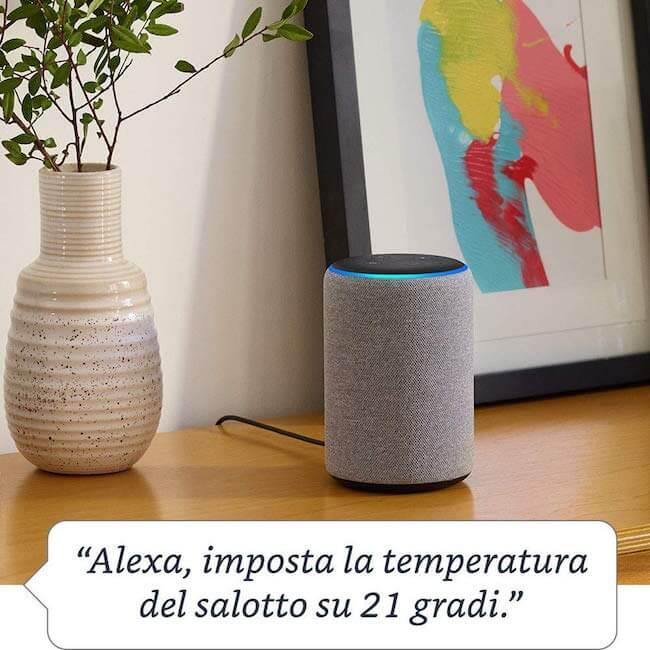 Amazon Echo Plus posizionato su un mobile che risponde alla richiesta: Alexa, imposta la temperatura del salotto su 21 gradi.