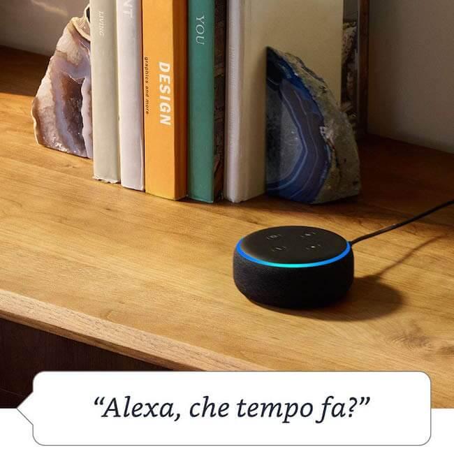 Amazon Echo Dot posizionato sulla libreria che risponde alla richiesta: Alexa, che tempo fa?