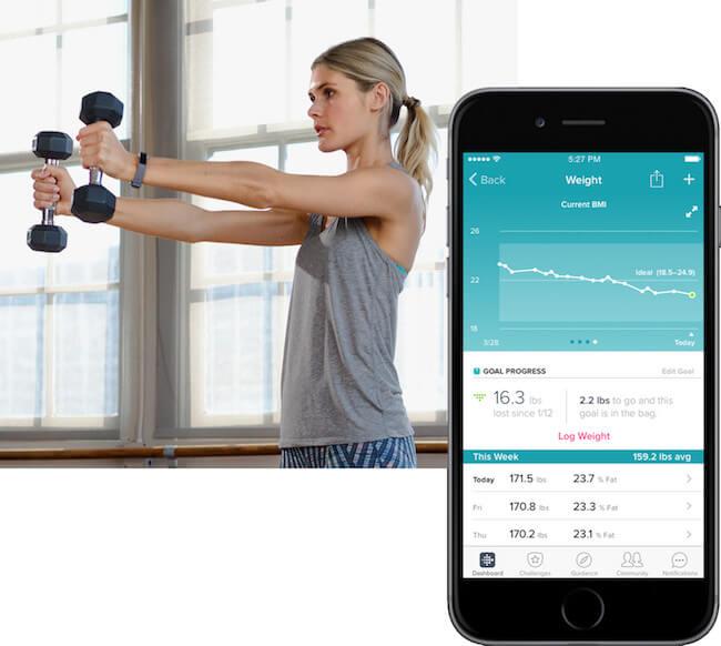 Una ragazza che si sta allenando e la schermata di fitbit app con i dati misurati