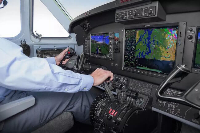 Un elicottero con dispositivi prodotti da Garmin Aviation