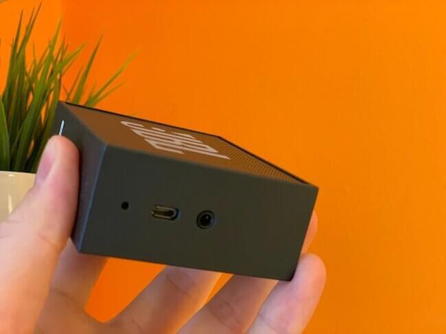 Gli ingressi audio e ricarica batteria su un lato dello speaker JBL GO