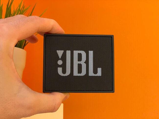 Lo speaker JBL GO tenuto in una mano