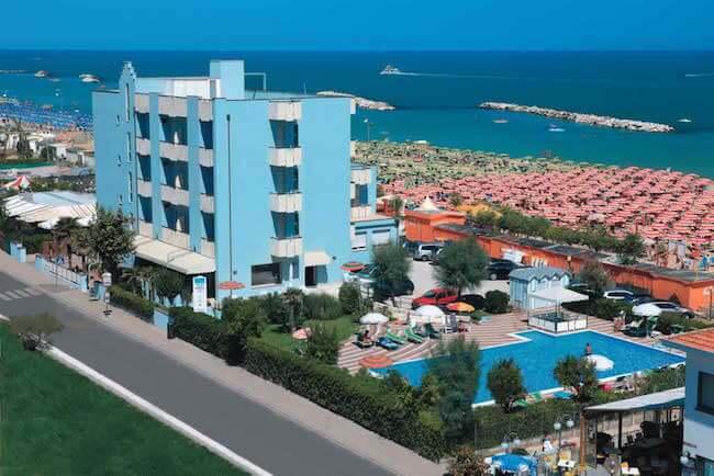 La spiaggia di Viserbella di Rimini con la vista di un hotel azzurro che affaccia sul mare
