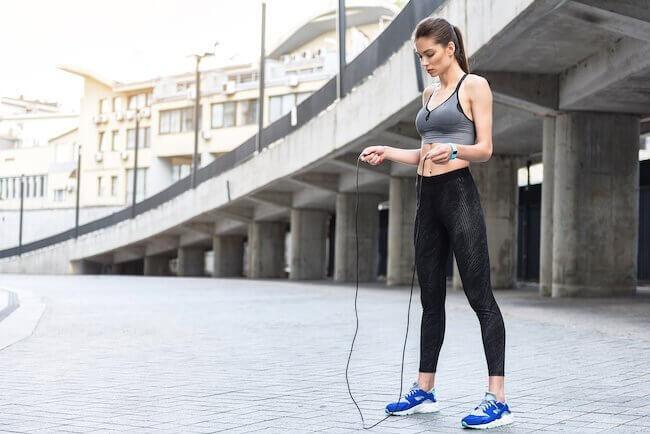 Una ragazza che si prepara a saltare la corda