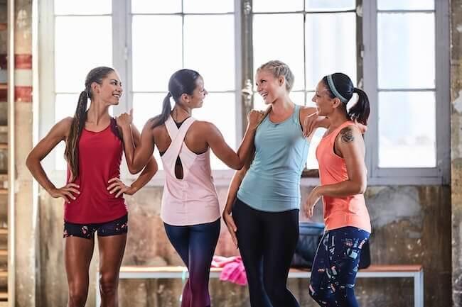 Quattro ragazze che indossano abbigliamento coperto adatto per la sala pesi