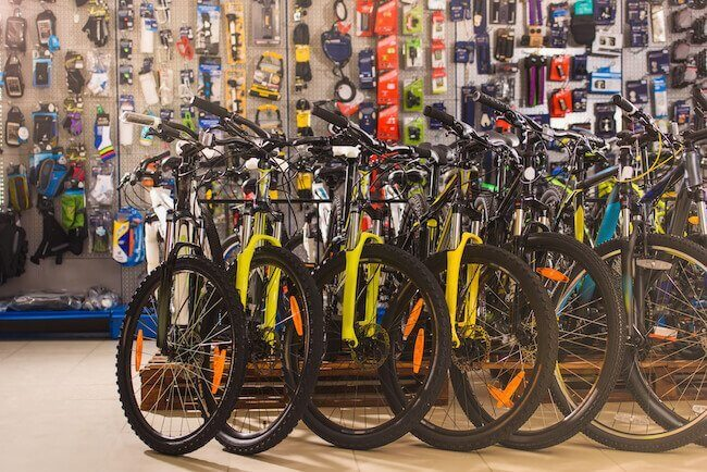 Alcune biciclette in fila dentro un negozio di biciclette specializzato