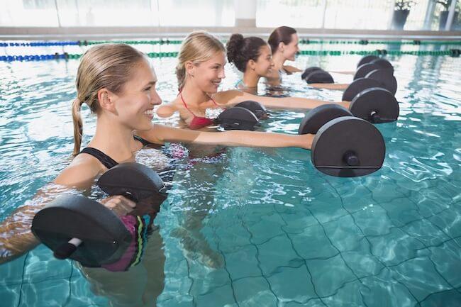 Un corso di acqua fitness in piscina