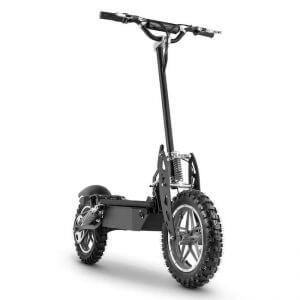 Un monopattino elettrico con ruote tacchettate da cross
