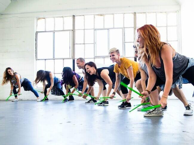 Allievi in una lezione di POUND che stanno battendo per terra le bacchette Ripstix