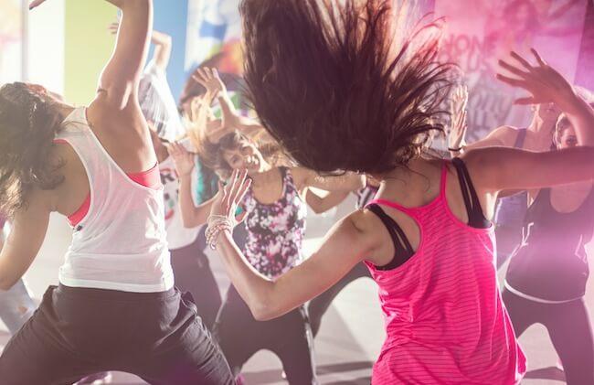 Una classe di Zumba Fitness vista da dietro