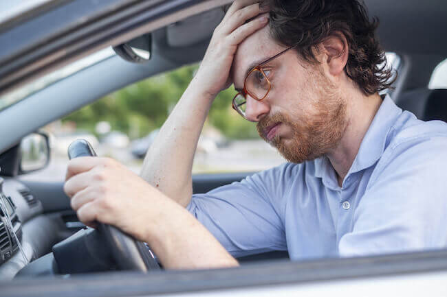 Automobilista disperato che cerca parcheggio in palestra