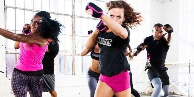 Ragazza che effettua un movimento di boxe durante una lezione di Piloxing