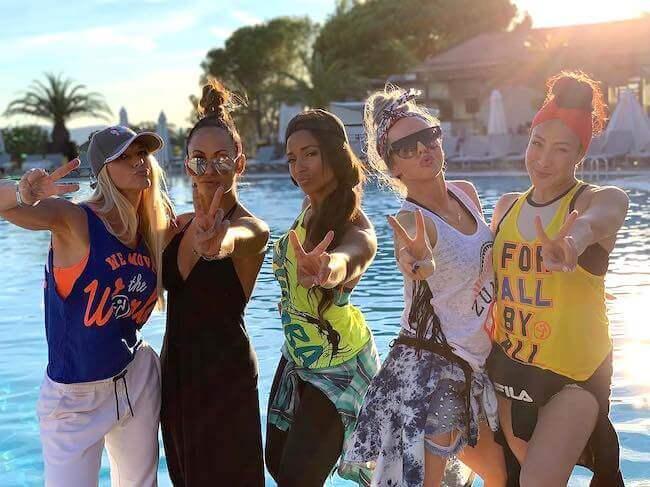 Un gruppo di cinque ragazze che indossa abbigliamento Zumba Wear
