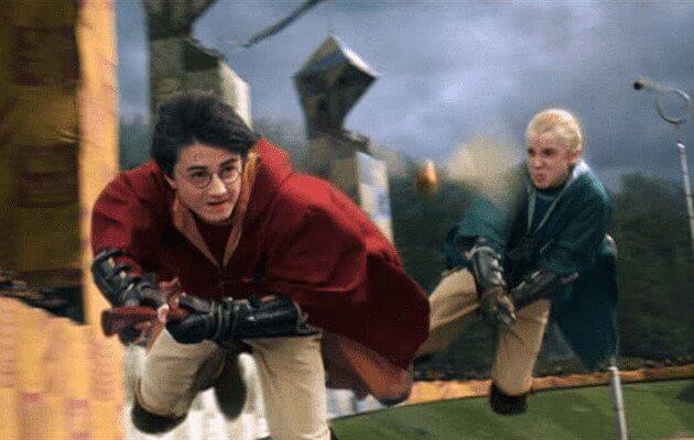 Harry Potter e Drago Malfoy che inseguono il boccino d'oro durante una partita di Quidditch