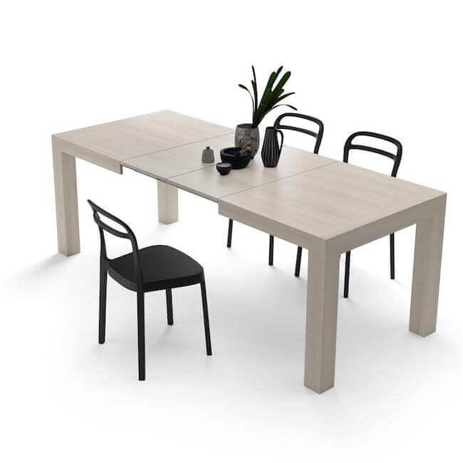 Tavolo da pranzo con tre sedie