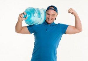 Sette bottiglie di acqua di plastica in varie forme e dimensioni