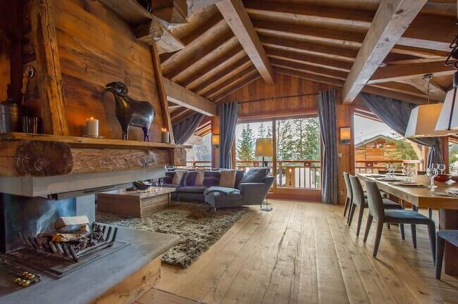 Gli interni di una casa di montagna completamente costruita in legno