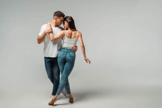 Una coppia che balla kizomba