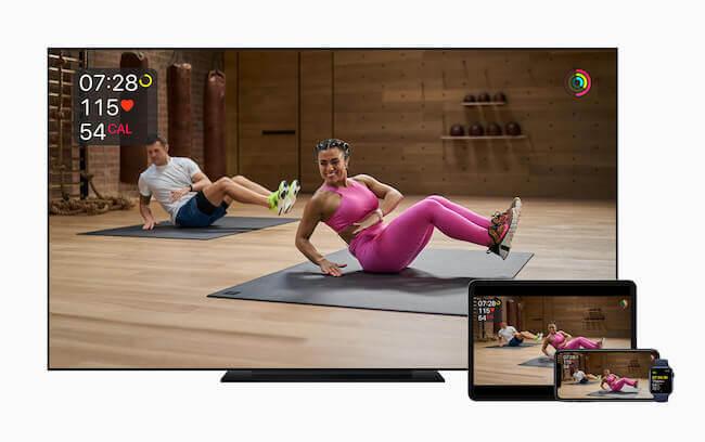 Sessione di allenamento Apple Fitness+ riprodotta sia su una Apple TV, sia su un iPad, sia su iPhone ed Apple Watch