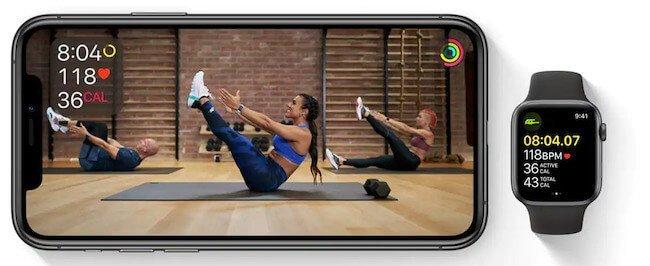 Sessione di allenamento core training su Apple Fitness+ riprodotta su un iPhone
