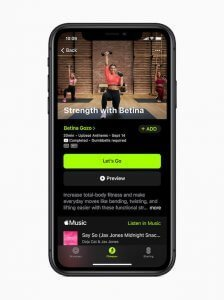 Schermata di iPhone che mostra una lezione di fitness con Betina Gozo
