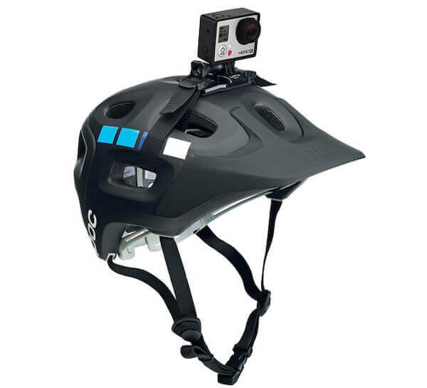 Gopro fissata sul casco di una mountain bike